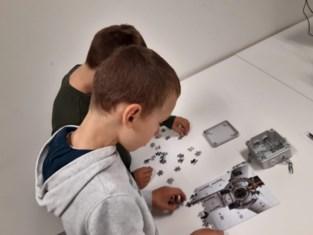 Kinderen zoeken naar verloren ontwerp windmolen