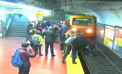 Vrouw belandt bewusteloos op de sporen voor aankomende tram wanneer medepassagier flauwvalt