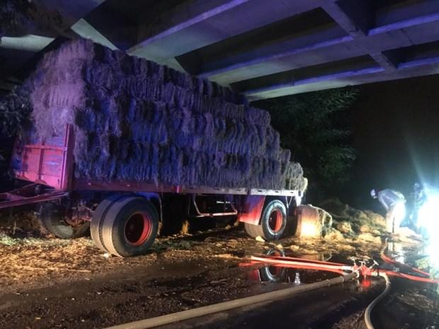Hooiwagen vliegt in brand onder brug