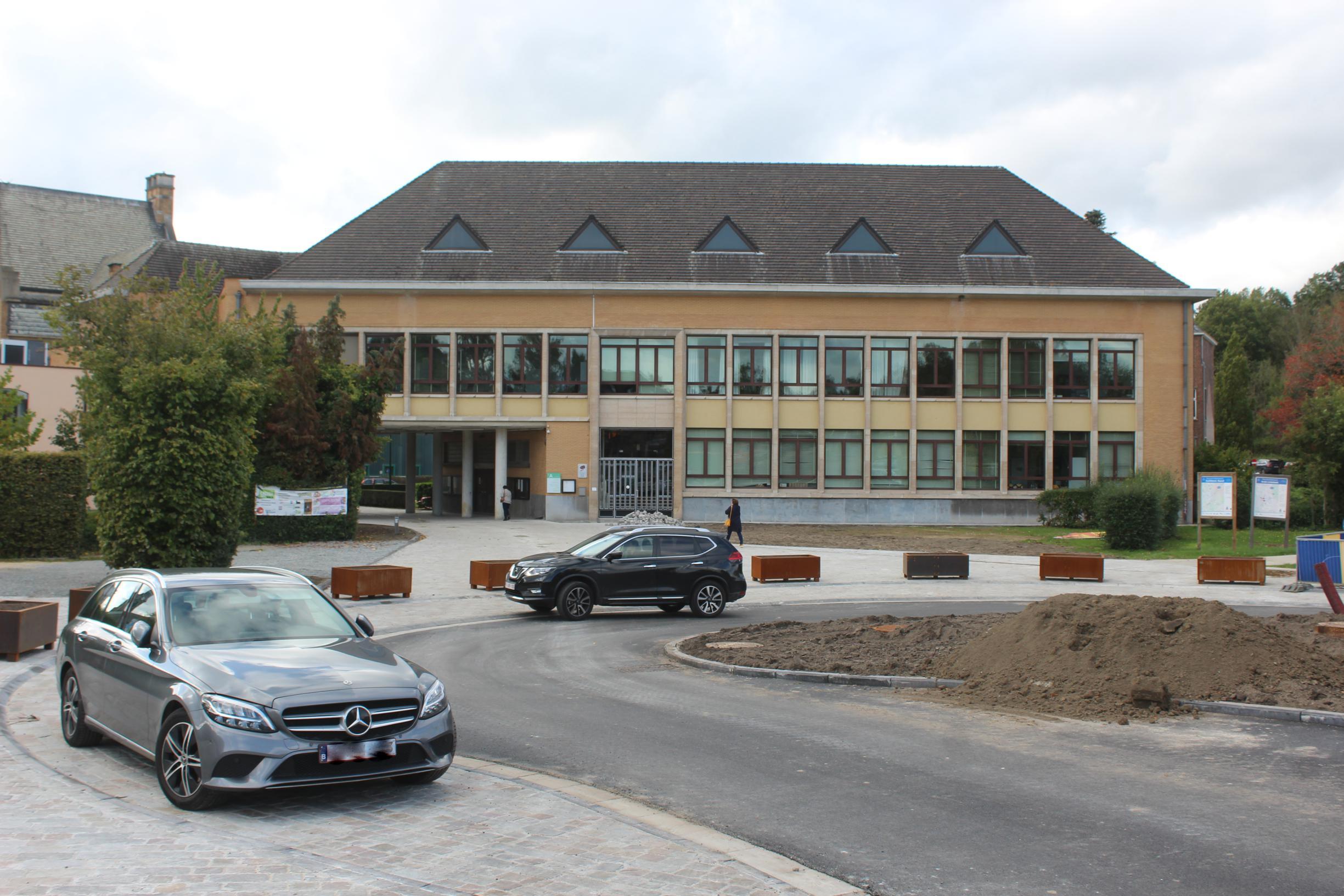 Kiss-and-ride achter gemeentehuis voor meer veiligheid aan schoolpoort