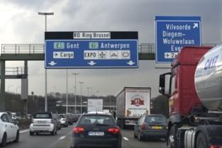 Nadat vrachtwagen met giftig product kantelde op Brusselse ring: rijbaan vrijgemaakt