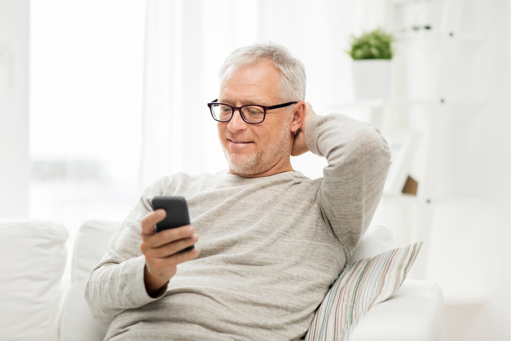 """""""Mijn man zit heel de tijd op zijn smartphone."""" Onze relatietherapeute geeft advies"""