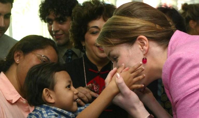 Prinses Elisabeth poseert met oorbellen van mama en trui van Zara