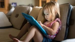 Na 1 jaar zitten ze al voor tv, na 2,5 jaar leren ze swipen: kinderen al heel vroeg voor het scherm omdat ouders geen tijd hebben