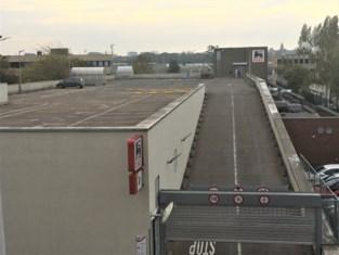 Vrouw (70) overleden na bizarre crash op dak van Delhaize in Brussel