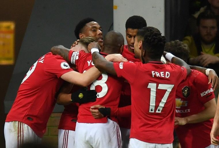 Liverpool blijft als enige ongeslagen na nipte zege tegen Tottenham, Manchester United wint ondanks twee gemiste penalty's