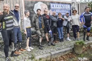 Prothesegebruikers fietsen vijftig kilometer van Emblem naar Bartel Van Riet