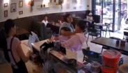 Vrouw gaat volledig door het lint, wanneer andere klant per ongeluk tegen haar botst (maar cafégangers eten rustig verder)