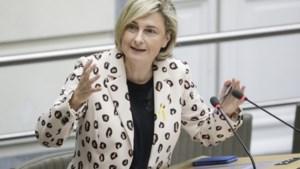 """Hilde Crevits (CD&V) """"kan niet geloven"""" dat Vlaams Belang zich onthoudt bij resolutie tégen doodstraf voor holebi's in Oeganda"""