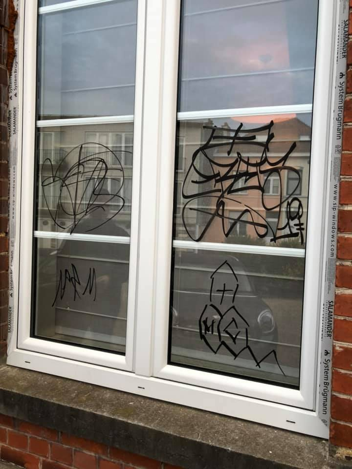 Vandalen bekladden vensters, garages en brievenbussen