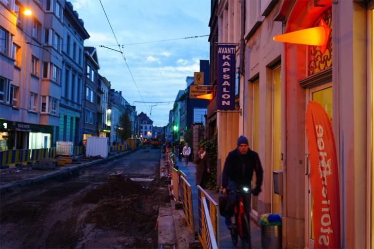 """Handelaars versieren opgebroken straat: """"Wij zijn ondernemers, we moeten positief zijn"""""""