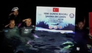Duikster zwemt 100 meter onder water in één adem en breekt zo wereldrecord