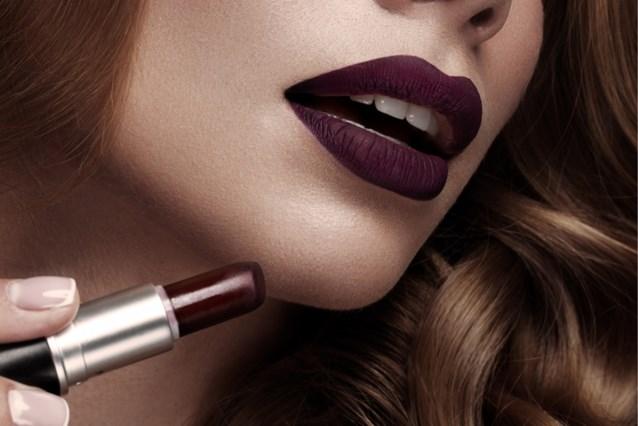 Met dit trucje wordt donkere lippenstift nog mooier