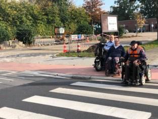 """Rolstoelgebruikers klagen over te hoog fietspad: """"We moeten halsbrekende toeren uithalen om over te steken"""""""