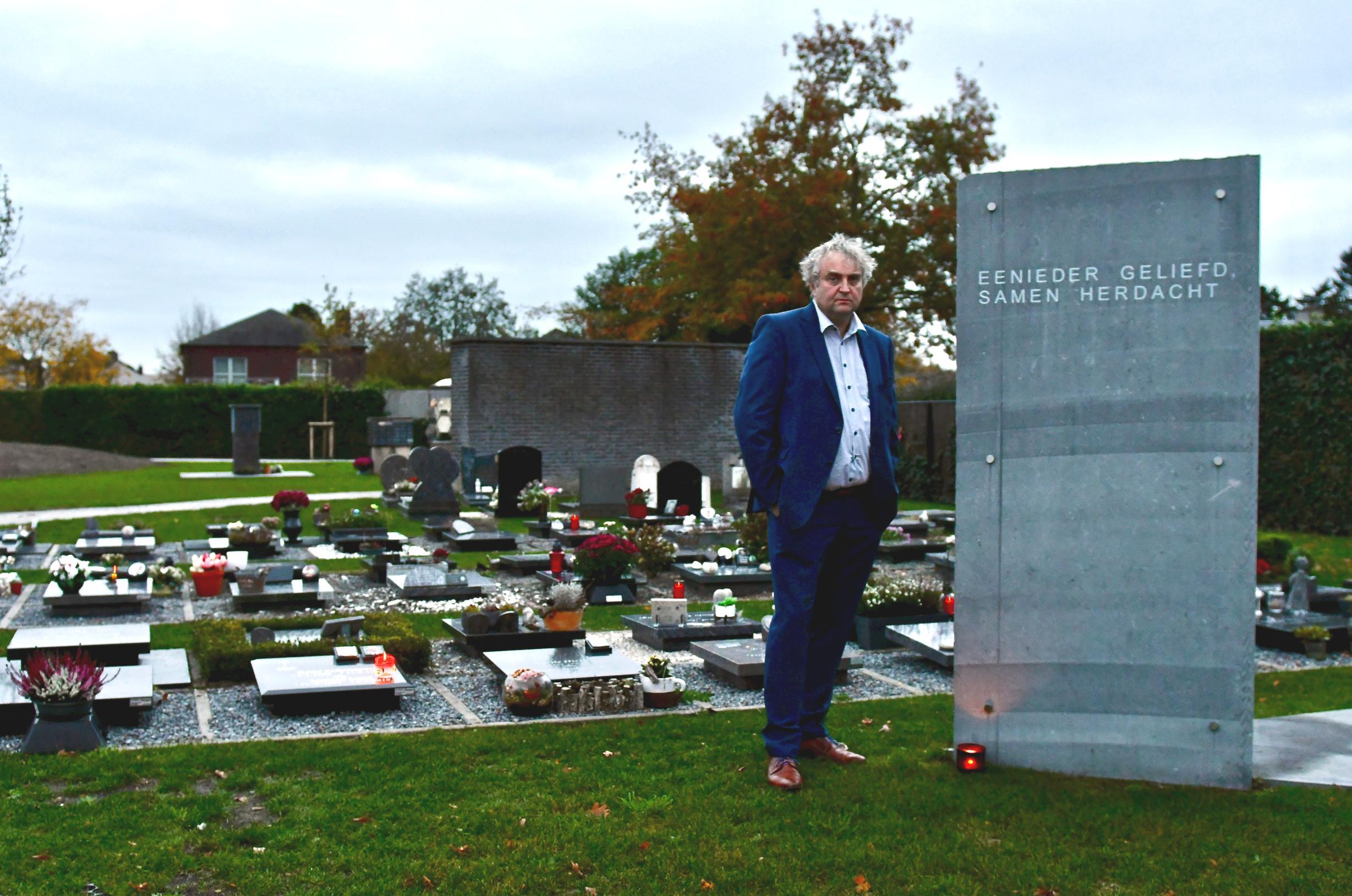 Muziek en poëziefleuren kerkhof op (Berchem) - Het Nieuwsblad