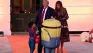 Donald en Melania Trump delen snoep uit voor Halloween