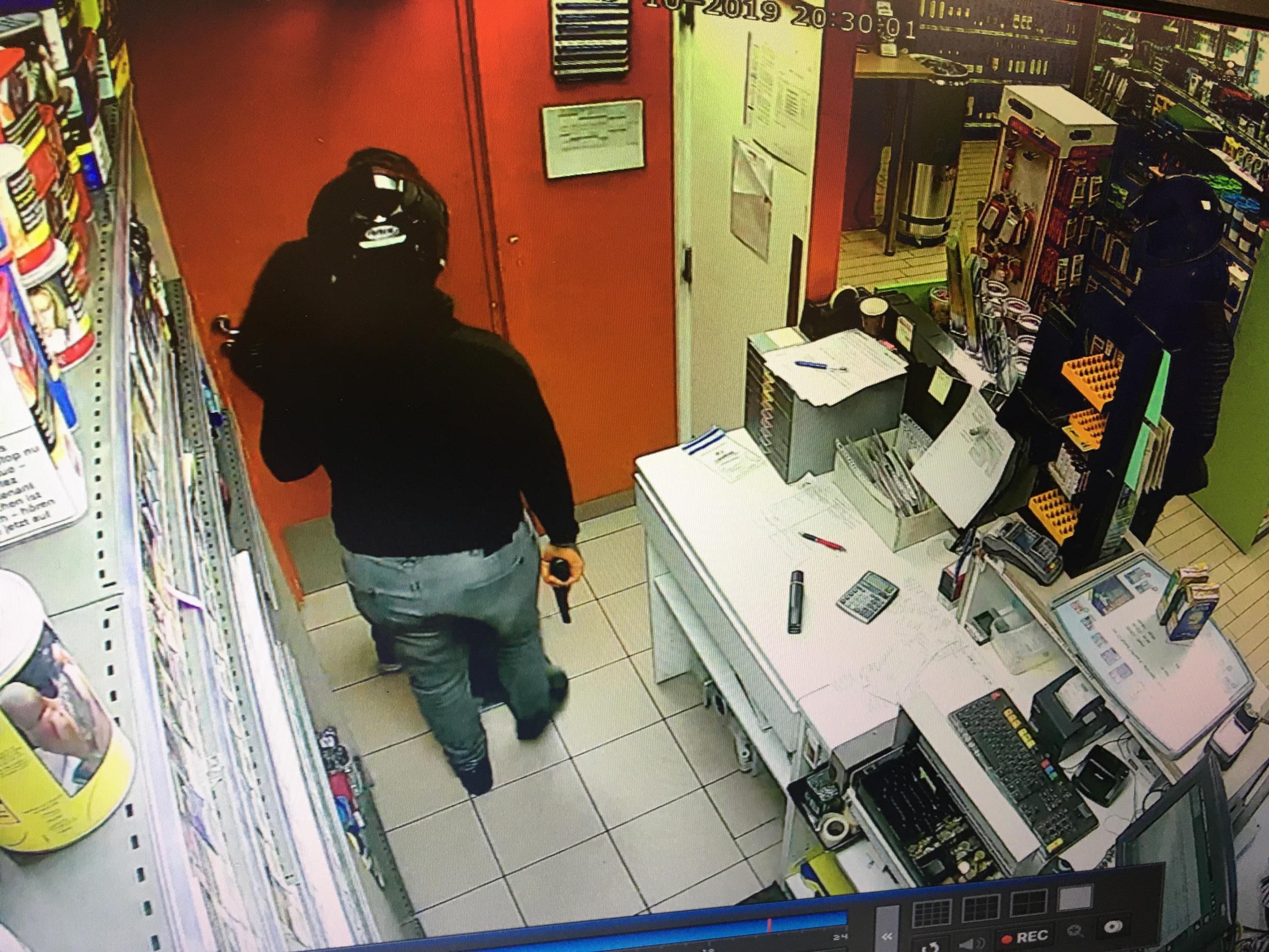 Overvallers wachten geduldig tot laatste klant weg is en slaan dan toe in tankstation
