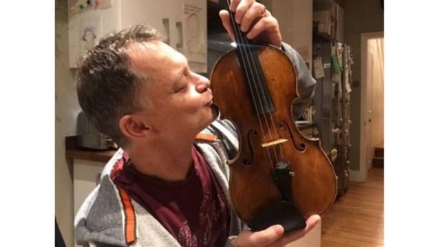 """Man die 310 jaar oude viool vergat op trein krijgt instrument terug na """"geheime onderhandelingen"""""""
