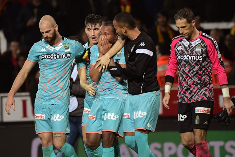 Ontroostbare Charleroi-speler klaagt racistische gedrag Malinwa-supporter aan, krijgt geel en is bijgevolg geschorst