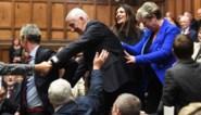Nieuwe voorzitter Brits Lagerhuis wordt 'tegen zijn zin' naar stoel gesleurd, en zijn eerste woord hoeft niet te verbazen