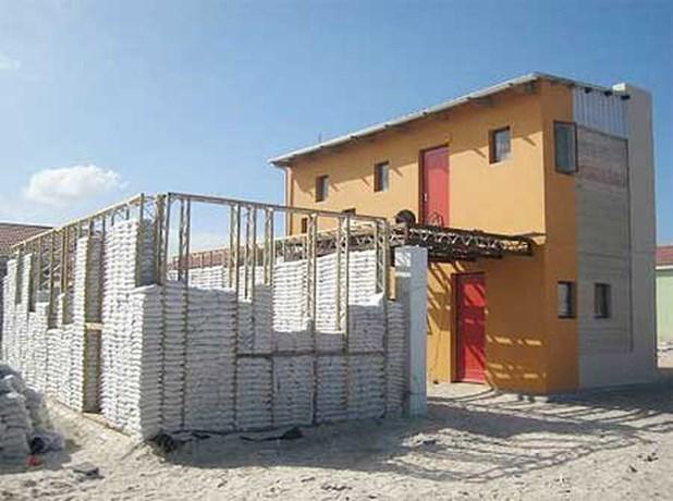 Antwerpenaar bouwt Rwandese huizen met zandzakken
