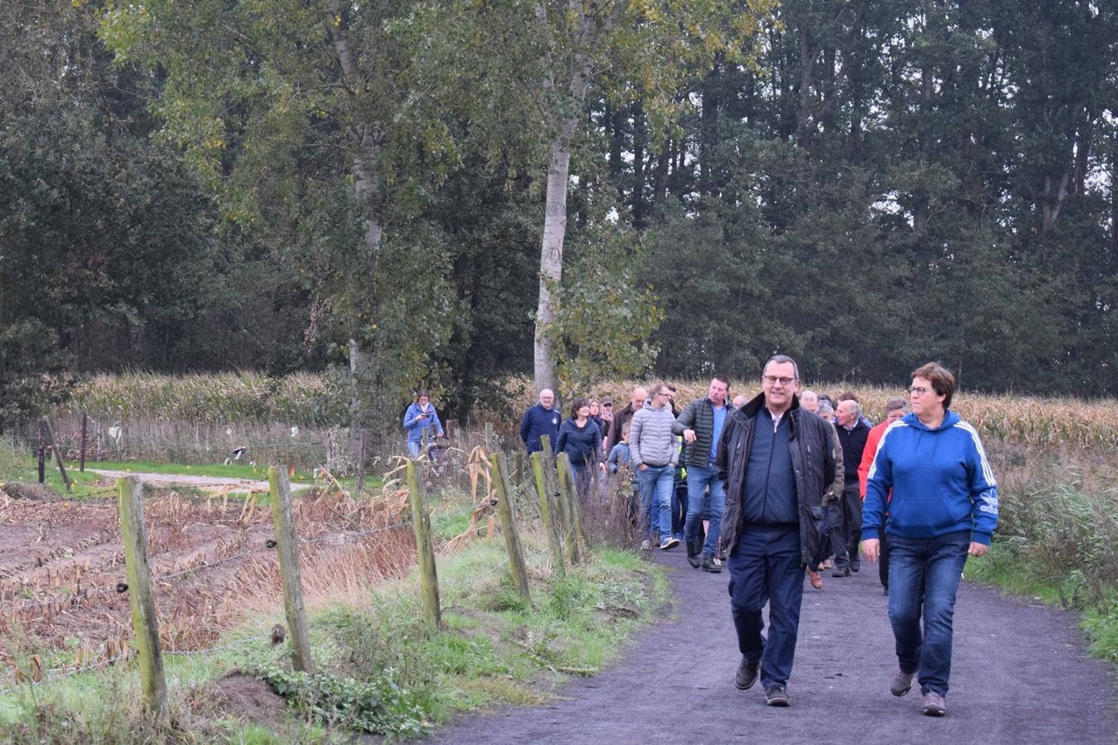 Tientallen buurtbewoners wandelen vernieuwde Tereeckensche voetpad in