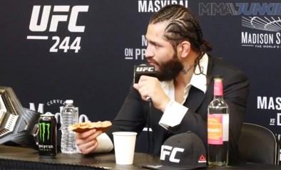 """Kooivechter lacht Conor McGregor uit, met een pizza en een borrel in de hand: """"Ik sla die dwerg tot moes"""""""