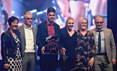 """Ouders verrassen Van Aert op podium: """"Vergeet niet waar hij vandaan komt"""""""