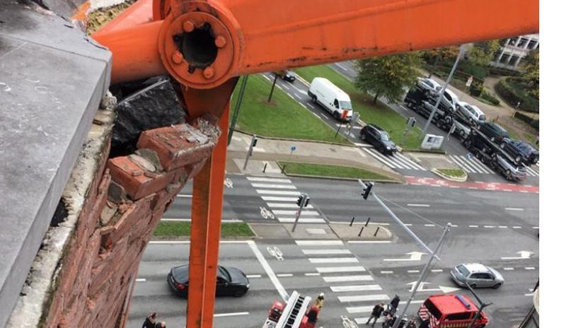 Kraan raakt gebouw op Willebroekkaai (Brussel) - Het Nieuwsblad