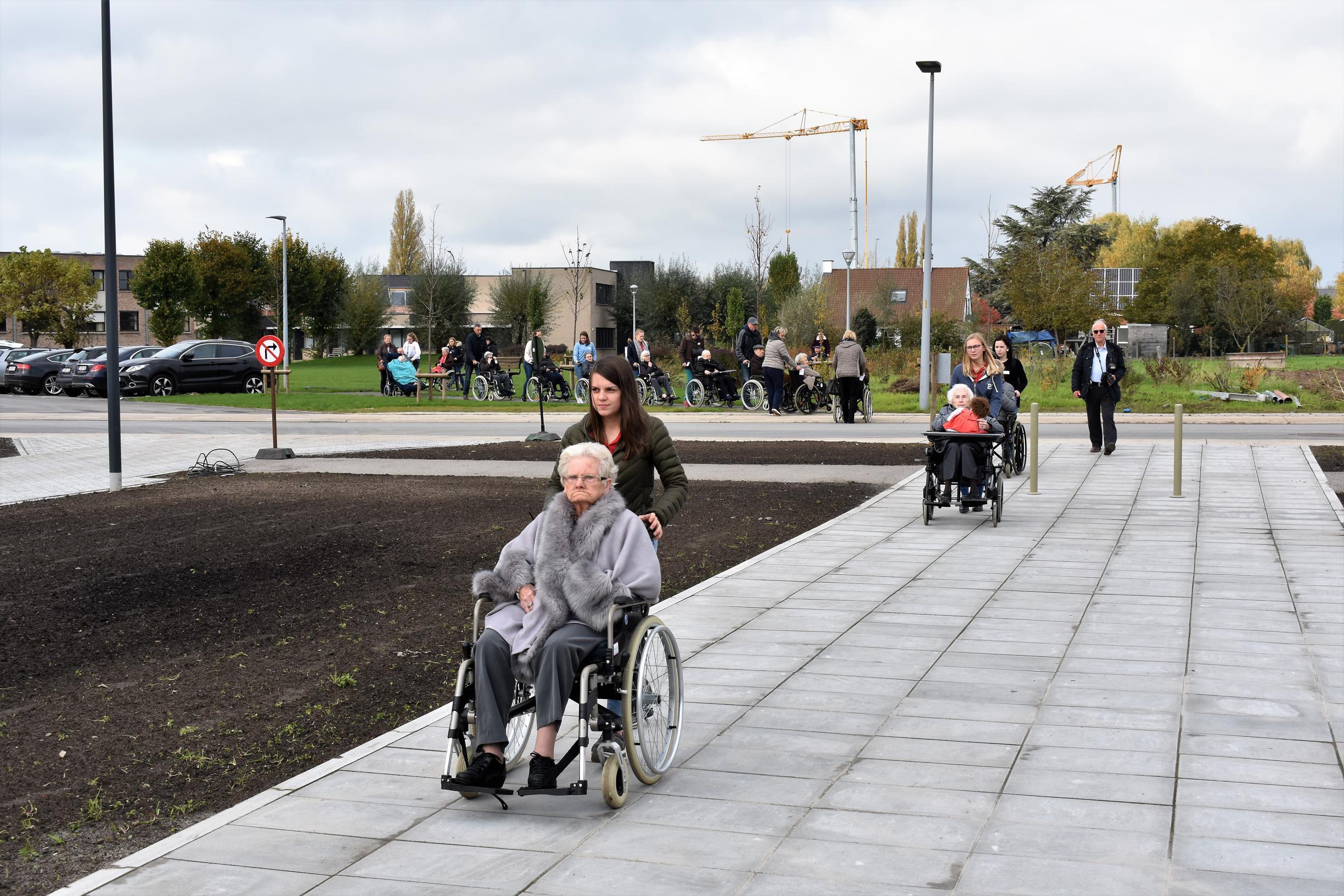 Met een stoet van rolstoelen verhuizen bewoners naar nieuw woonzorgcentrum