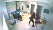 Agent grijpt minderjarig meisje bij de keel en gooit haar op de grond
