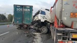 Twee vrachtwagens veroorzaakten grote file in Oekene na zware botsing