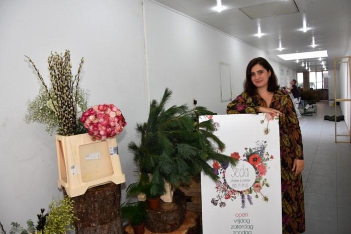 """Seda (33) opent haar bloemenatelier in voormalige drukkerij: """"Ik wil mijn passie voor bloemen met iedereen delen"""""""