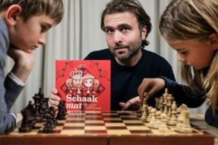 Hervé leert kinderen schaken met een streepje geschiedenis
