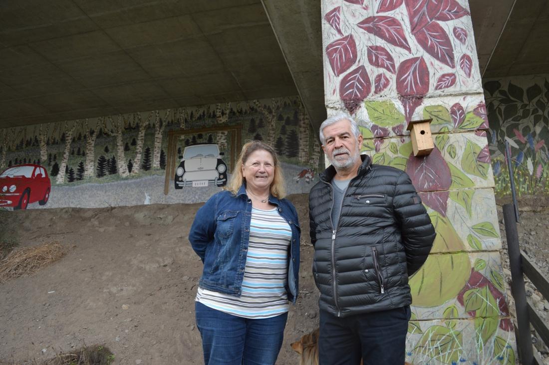 """Wat eerst een kale grijze muur was, is nu dankzij Monique (69) en Raf (64) een prachtig natuurschilderij: """"Nooit hebben we zo veel buren leren kennen als nu"""""""