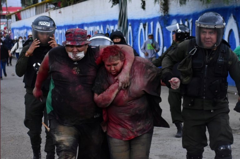 Betogers mishandelen burgemeester in Bolivia: haren afgeknipt, met verf overgoten, en blootsvoets door straat gesleurd