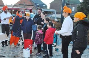 Sikhs delen vrijdagnamiddag gratis eten uit op parking aan de Rummense Ketelstraat en stellen hun geloof voor