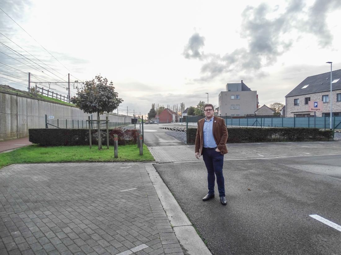 """Straten rond station staan vol auto's van pendelaars: """"Maak stationsparking weer gratis"""" - Het Nieuwsblad"""
