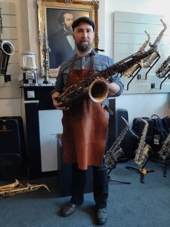 """Karel bouwt saxofonen van obussen: """"En ze klinken nog fantastisch ook"""""""