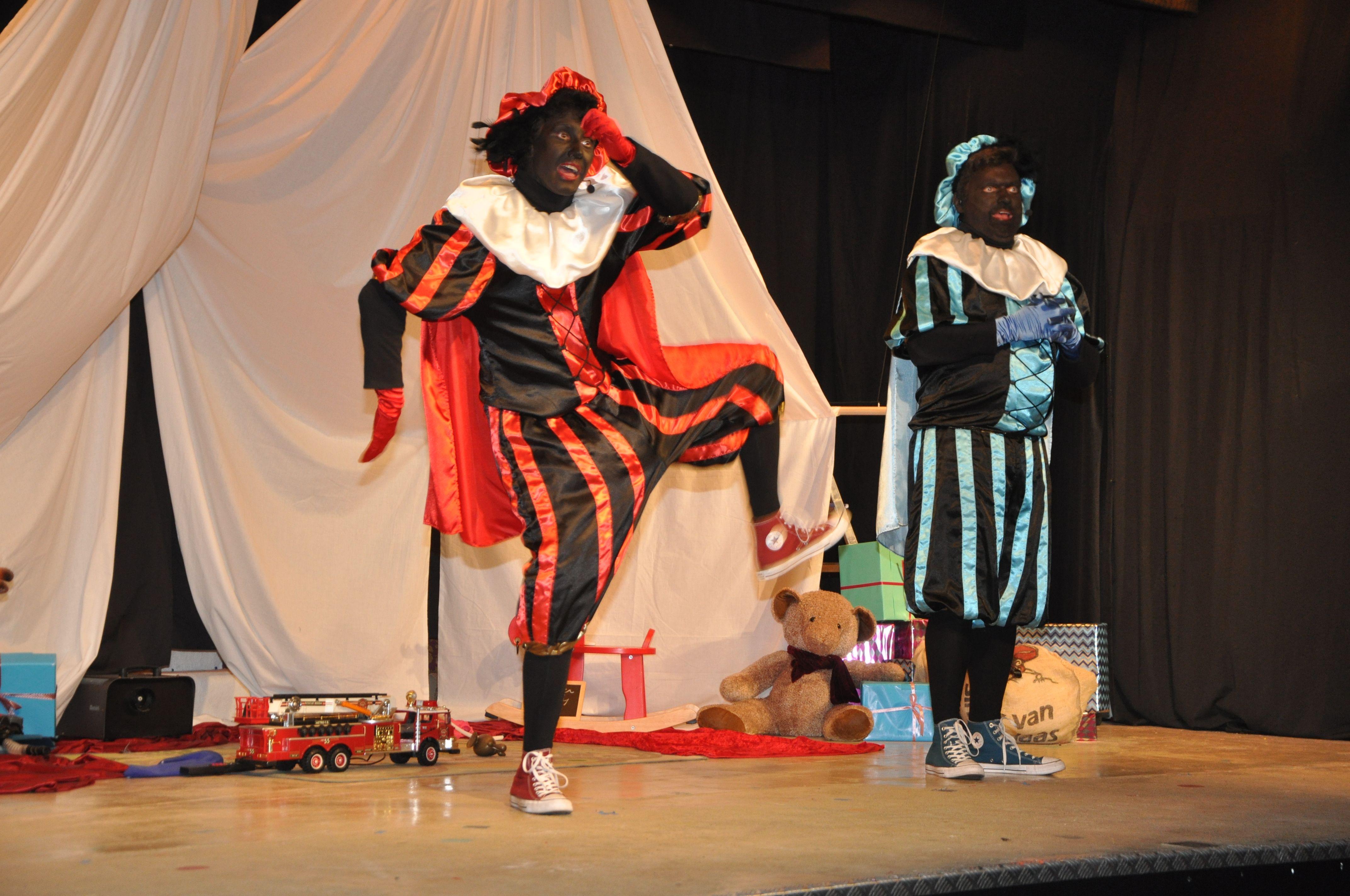 Zwarte Pieten stelen de show - Het Nieuwsblad