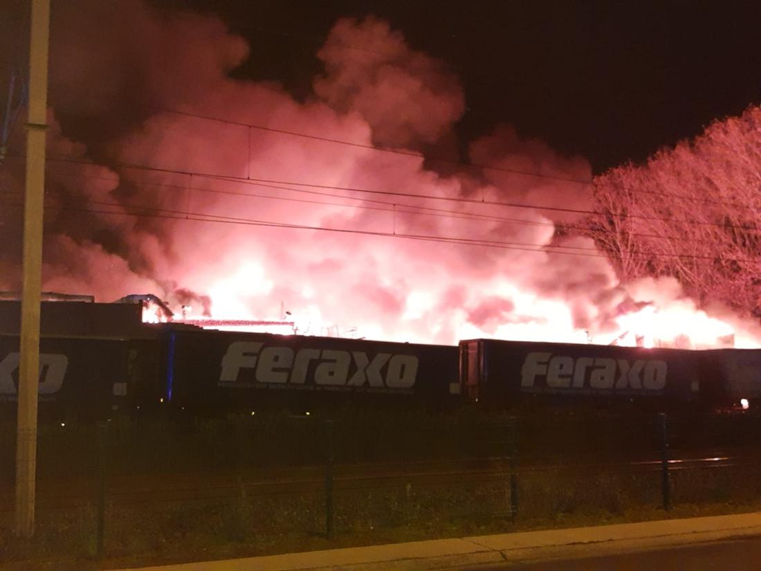 Zware brand legt grote loods van verpakkingsbedrijf helemaal in de as