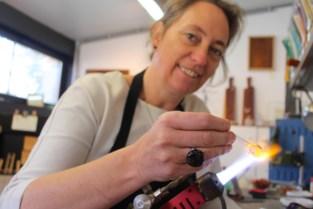 Kathleen stelt haar glasatelier en boetiek open
