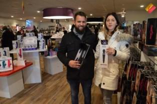"""Tientallen nieuwsgierigen bij opening nieuwe erotiekwinkel in Roeselare. """"We hebben de kinderen eerst bij familie afgezet"""""""
