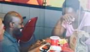 Man doet emotioneel aanzoek in KFC-restaurant, en plots zijn ze verzekerd van droomhuwelijk