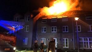 """Politie bevestigt dat brand aangestoken werd, maar Rode Kruis zal """"centrum openen, de plaatsen zijn broodnodig"""""""