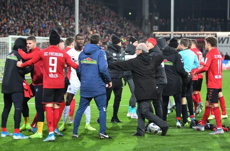 Match in Bundesliga ontaardt plots in vechtpartij: Frankfurt-aanvoerder beukt Freiburg-trainer tegen de grond
