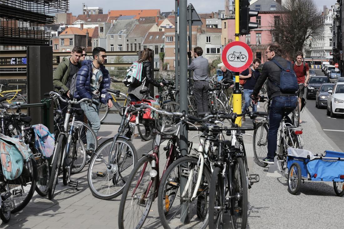28,5 plaatsen voor auto's weg, 447 fietsstallingen erbij in Gent centrum - Het Nieuwsblad