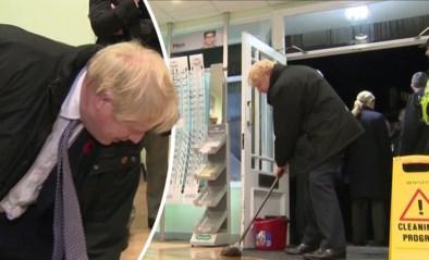 Boris Johnson steekt handje toe in ondergestroomde winkel, maar maakt er nog een groter zootje van