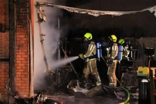 Buurtbewoners uit huizen gehaald na zware loodsbrand: mogelijk asbest in het spel
