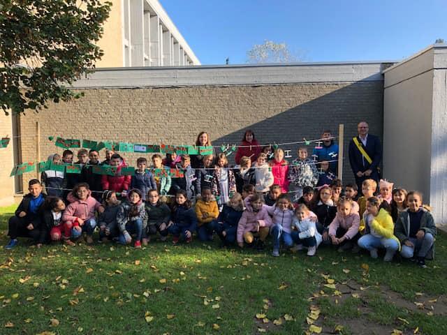 Schoolkinderen herdenken mee oorlogsslachtoffers (Sint-Pieters-Leeuw) - Het Nieuwsblad